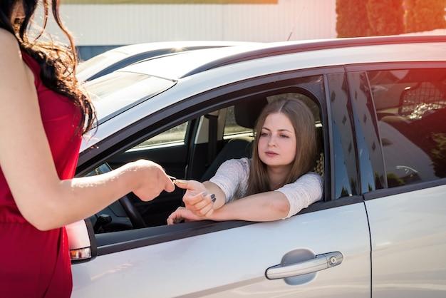 Venditore che consegna la chiave dall'auto all'autista