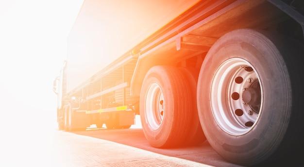 Semi camion un parcheggio con trasporto su camion merci merci alla luce del sole