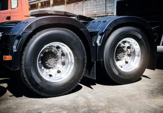 Trasporto su camion per il trasporto di merci su strada per l'industria delle ruote per semirimorchi