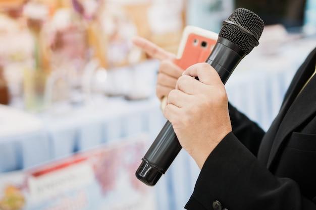 Concetto di conferenza di seminario: discorso di uomo d'affari intelligente e parlando con microfoni
