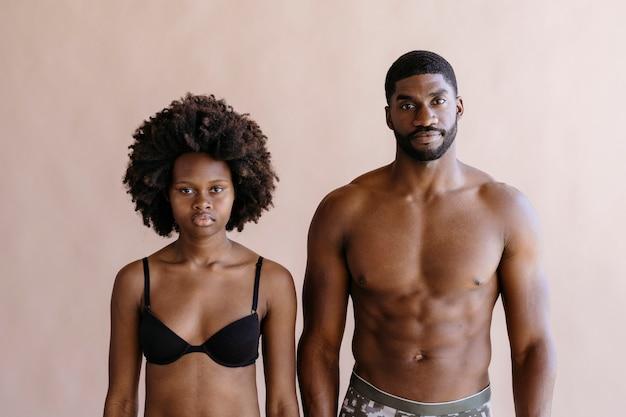 Seminuda coppia nera