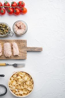 Ingredienti per la pasta di semolino di tonno su bianco, vista dall'alto
