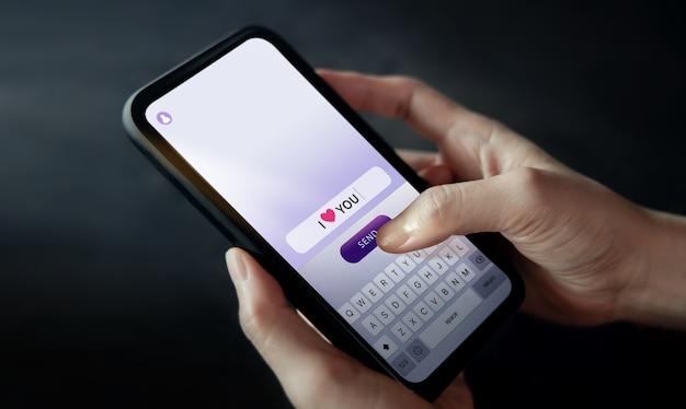 Invio di testo ti amo a qualcuno tramite telefono cellulare