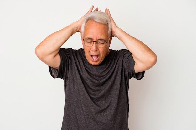 Uomo americano anziano isolato su sfondo bianco che urla, molto eccitato, appassionato, soddisfatto di qualcosa.