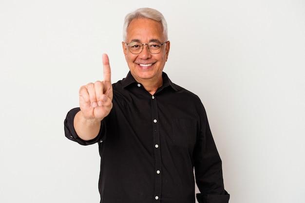 Uomo americano anziano isolato su sfondo bianco che mostra il numero uno con il dito.