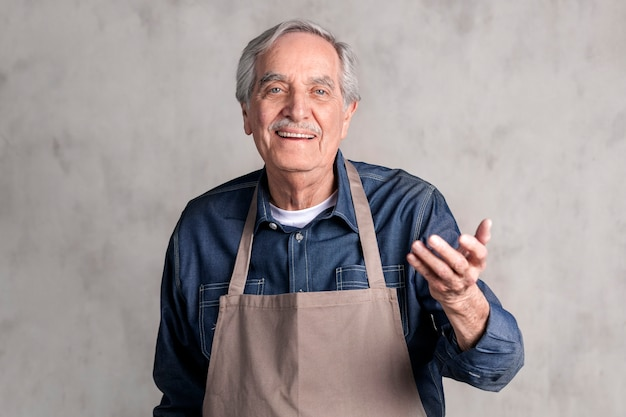 Uomo anziano americano che indossa un grembiule