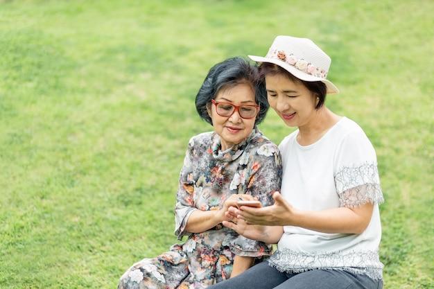 Senior donna asiatica con la figlia rilassante in vacanza insieme nel giorno di madri.