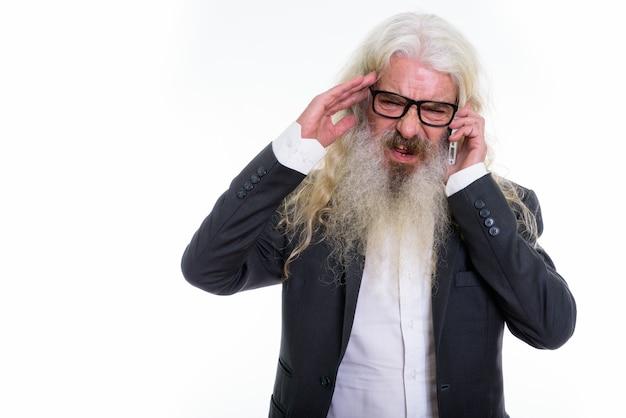 Anziano barbuto imprenditore parlando al telefono cellulare