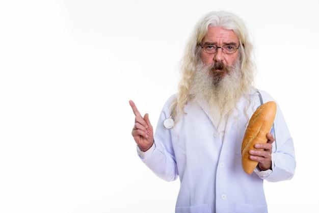 Anziano uomo barbuto medico indossando occhiali da vista