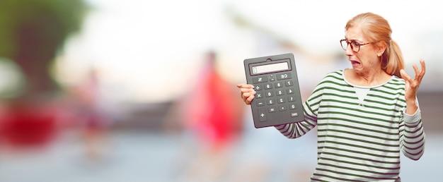 Senior bella donna con un calcolatore