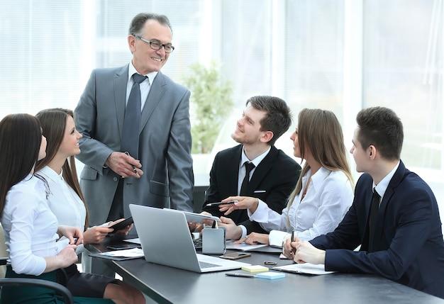 Uomo d'affari maggiore che discute con la squadra di affari per problemi di lavoro