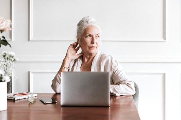 Donna d'affari senior che utilizza un laptop