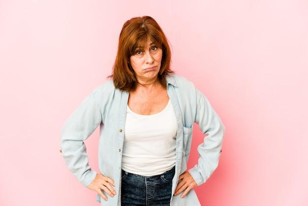 Senior donna caucasica isolata confusa, si sente dubbiosa e insicura.