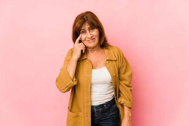 Senior donna caucasica isolato pianto, insoddisfatto di qualcosa, agonia e concetto di confusione.