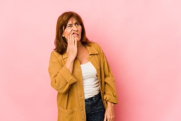 Senior donna caucasica isolata avendo un forte dolore ai denti, dolore molare.