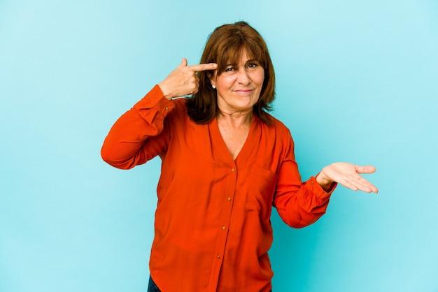 Senior donna caucasica isolata mostrando un gesto di delusione con l'indice.
