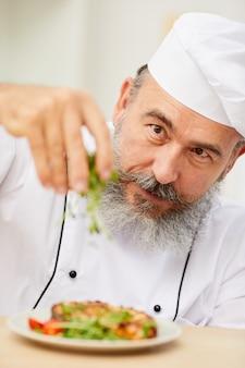 Piatto di placcatura per chef senior