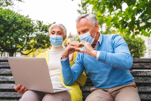 Coppia senior che comunica in remoto con parenti e genitori durante la quarantena pandemica