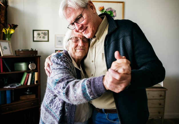Coppia senior che balla insieme