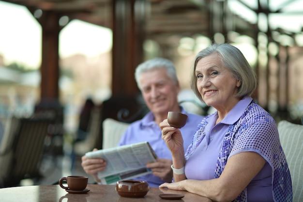 Coppia senior che beve caffè fuori al resort durante le vacanze