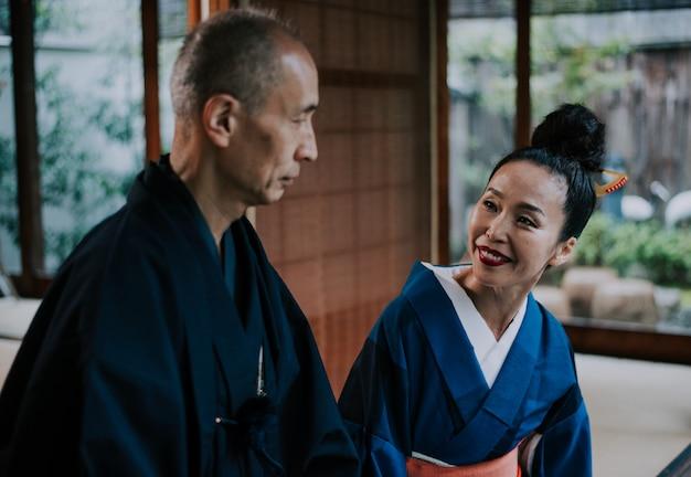 Momenti senior di lifestyle delle coppie in una casa giapponese tradizionale
