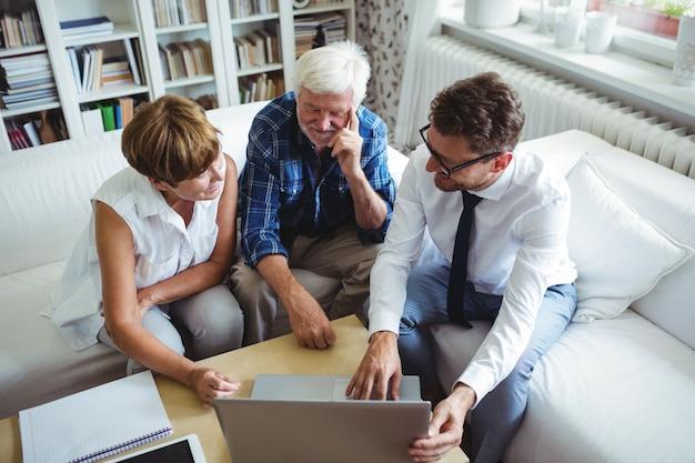 Coppie senior che pianificano i loro investimenti con il consulente finanziario