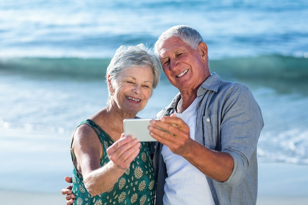 Coppia senior prendendo un selfie
