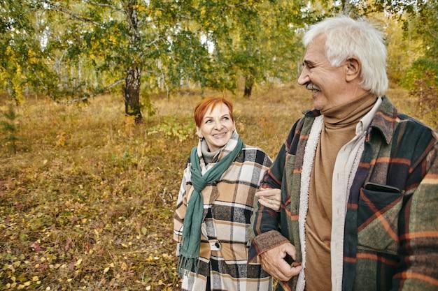 Coppia senior che cammina nella foresta
