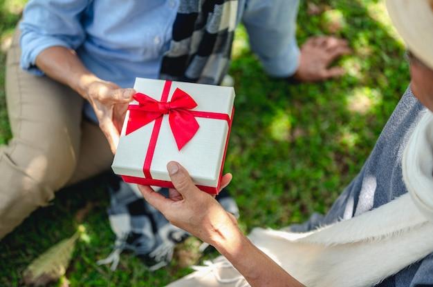 Concetto di stile di vita degli anziani dell'assicurazione pensionistica delle coppie anziane coppie anziane fare regali