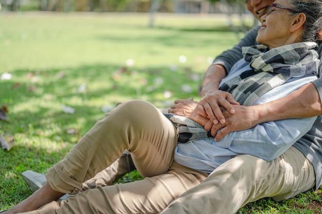 Concetto di stile di vita per anziani con assicurazione pensionistica per coppie anziane coppie anziane sedute