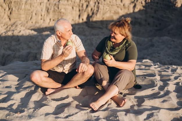 Coppie caucasiche dell'anziano maggiore insieme all'aperto di estate