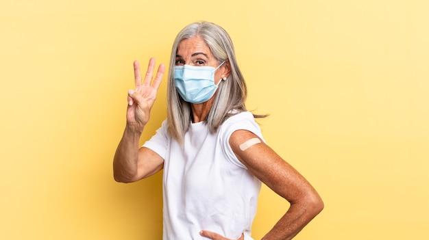Donna anziana dei capelli grigi. concetto di vaccino