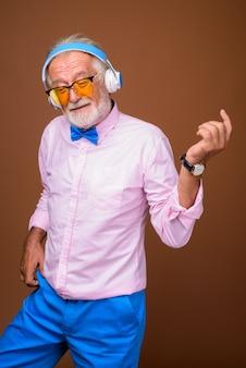 Uomo bello anziano che indossa vestiti alla moda