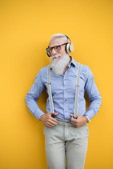 Ritratto di uomo anziano hipster