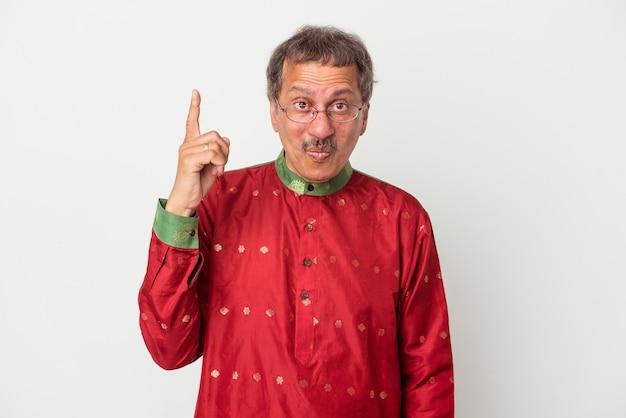 Uomo indiano anziano che indossa un costume indiano isolato su sfondo bianco con qualche grande idea, concetto di creatività.