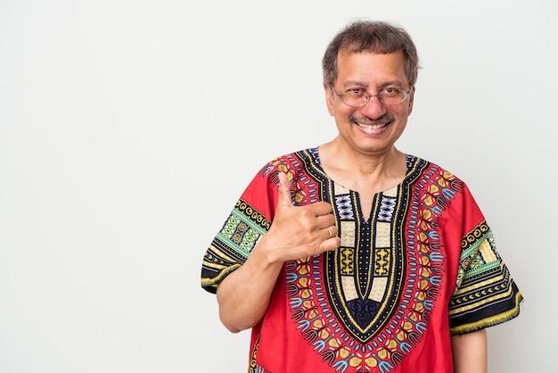 Uomo indiano anziano che indossa un costume indiano isolato su sfondo bianco sorridente e alzando il pollice