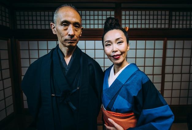 Momenti giapponesi senior delle coppie in una casa tradizionale