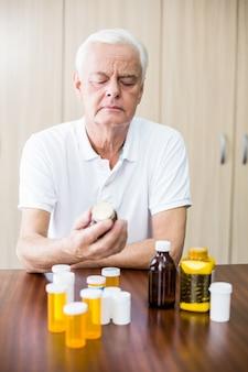 Senior guardando la medicina