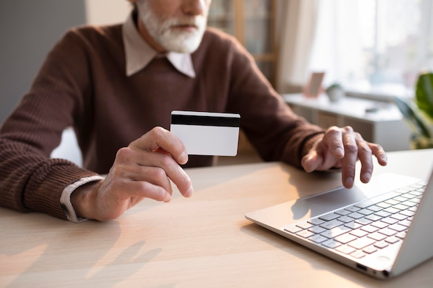 Maschio anziano pronto per l'acquisto online