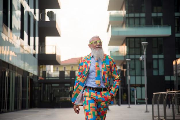 Uomo anziano in stravaganti abiti colorati