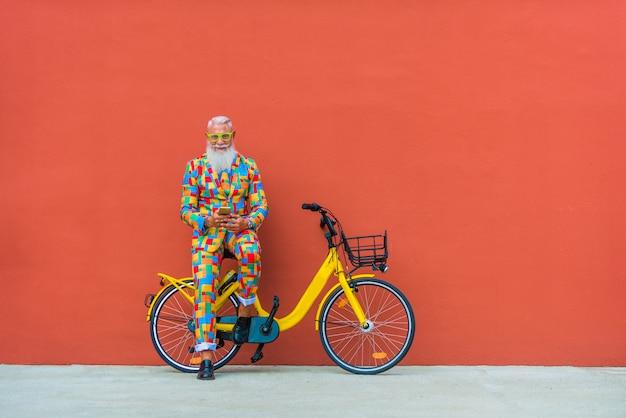 Uomo anziano in stravagante abito colorato