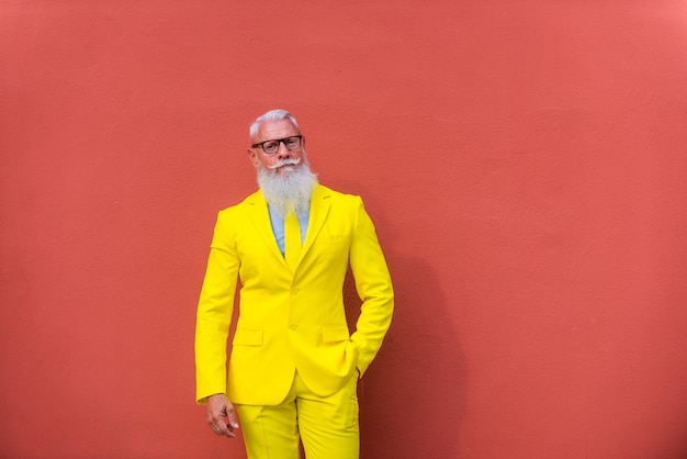 Uomo anziano in stravagante abito giallo