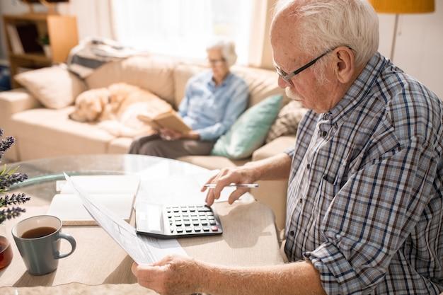 Moduli di riempimento per uomo anziano