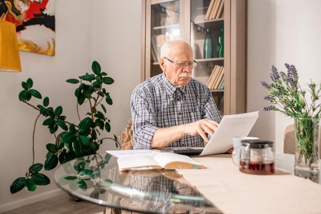 Modulo fiscale di riempimento uomo senior