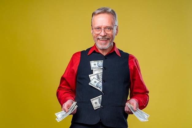 Il ragazzo anziano ha vinto la lotteria, fan dei soldi vicino alla faccia del vecchio. giorno fortunato. emozioni umane ed espressioni facciali