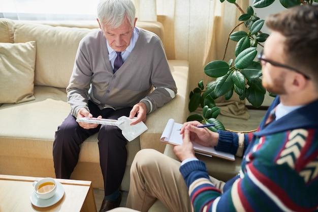 Uomo anziano in terapia psicologica