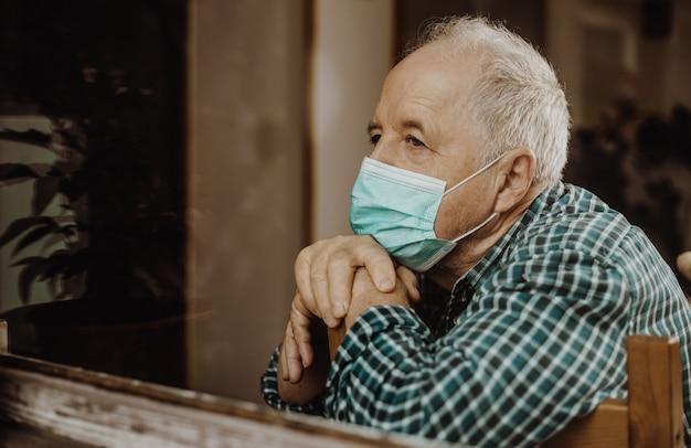 Uomo anziano messo in quarantena a casa durante una pandemia di coronavirus, stare al sicuro