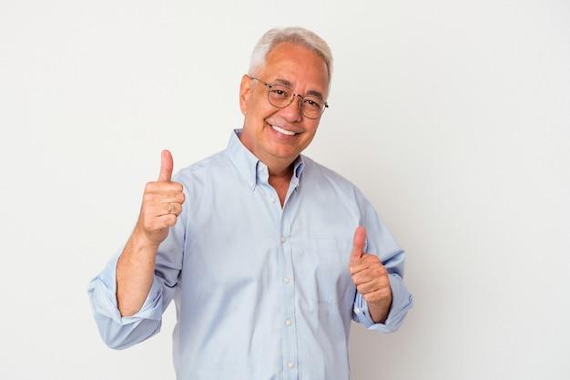 Uomo anziano che alza entrambi i pollici, sorridente e fiducioso.