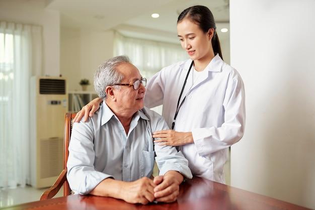 Uomo anziano a casa di riposo