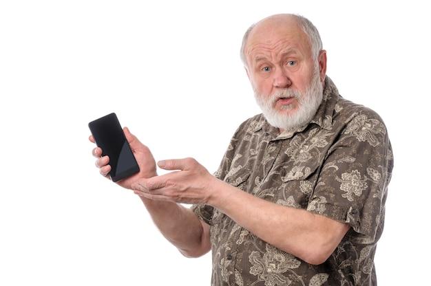 Uomo maggiore che mostra qualcosa allo schermo dello smartphone isolato su bianco